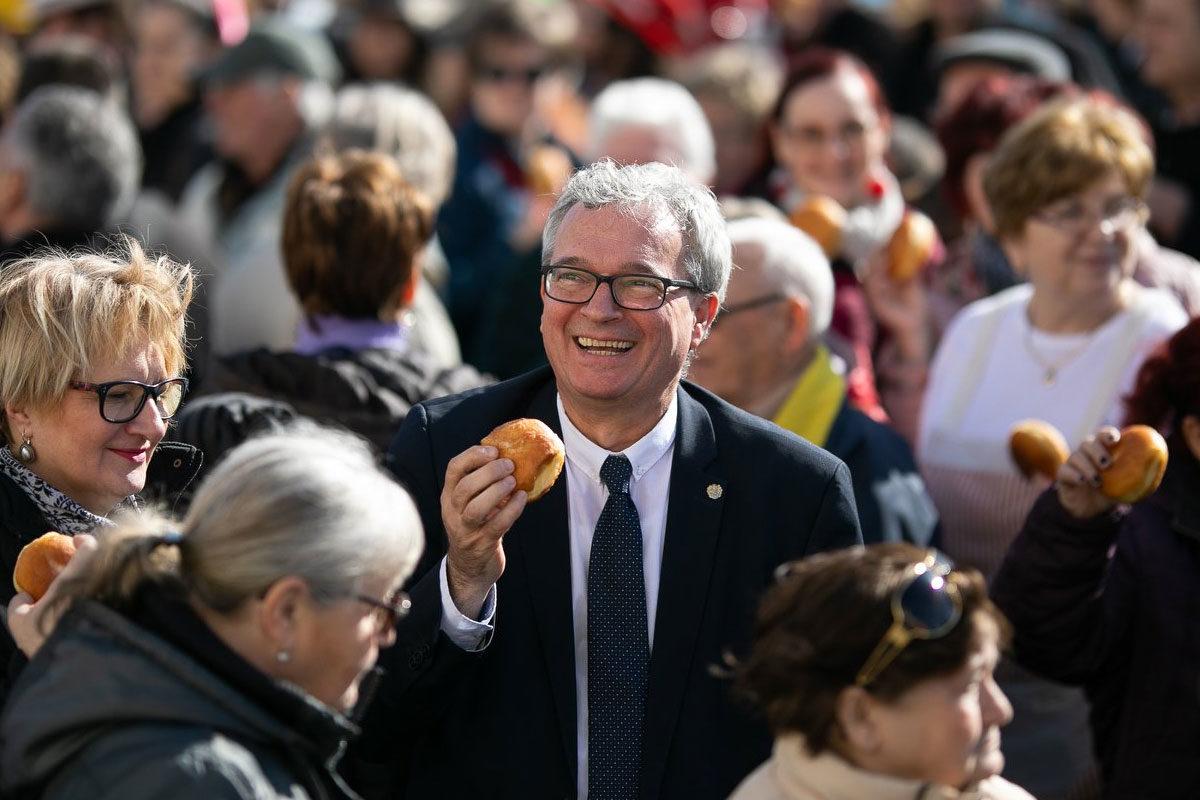Balogh László, Nagykanizsa fideszes polgármestere fánkot kóstol a XII. Országos Farsangi Fánkfesztiválon, 2020 februárjában.