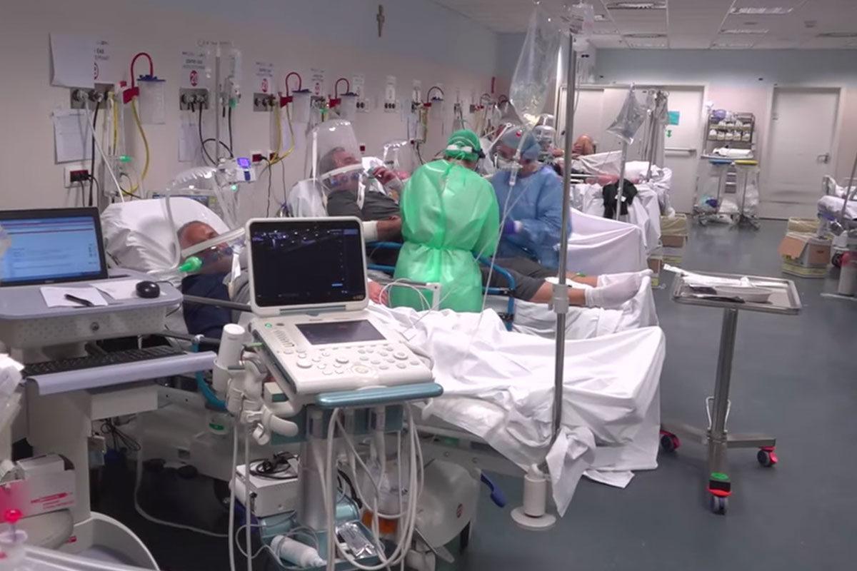 Beengedtek egy brit tévéstábot egy olasz kórházba