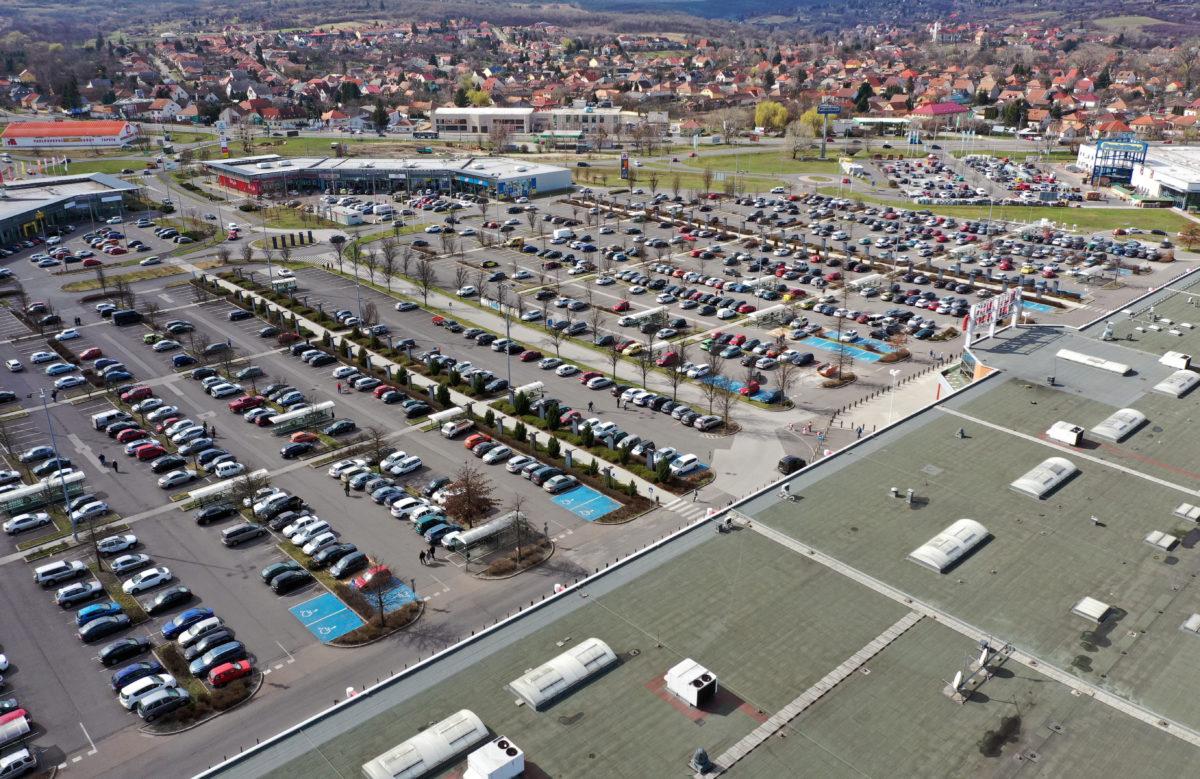Vásárlók autói egy szupermarket parkolójában Miskolcon 2020. március 14-én. A koronavírus-járvány terjedése miatt elkezdődött az alapvető élelmiszerek felvásárlása.