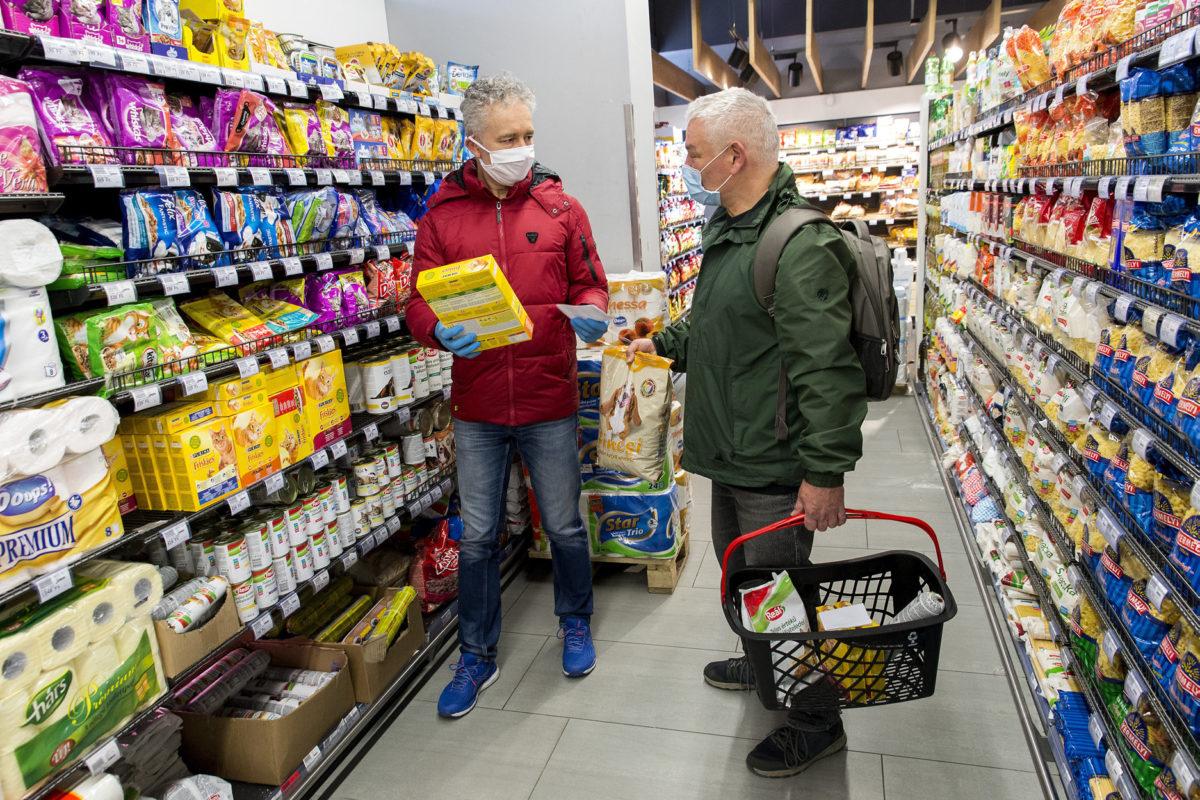 Győri civil kerékpáros összefogás aktivisták állateledelt vásárolnak egy idős nő kutyáinak egy győri boltban 2020. március 26-án.