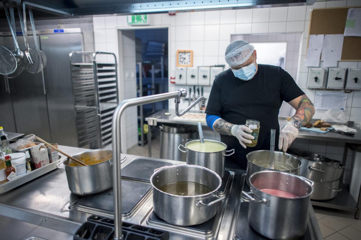 Ebédet főznek egy pécsi bisztró konyháján 2020. március 28-án.