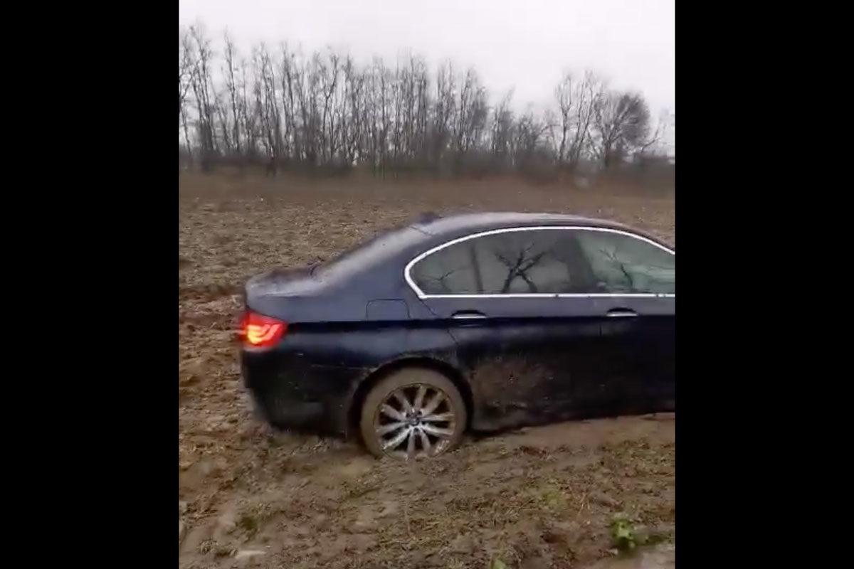 Sárba ragadt BMW kínlódását figyeli most a fél internet