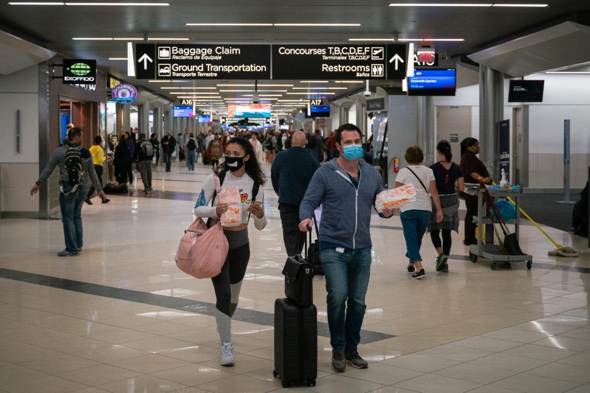Arcmaszkos utazók az atlantai Hartsfield-Jackson nemzetközi repülőtéren 2020. március 6-án.