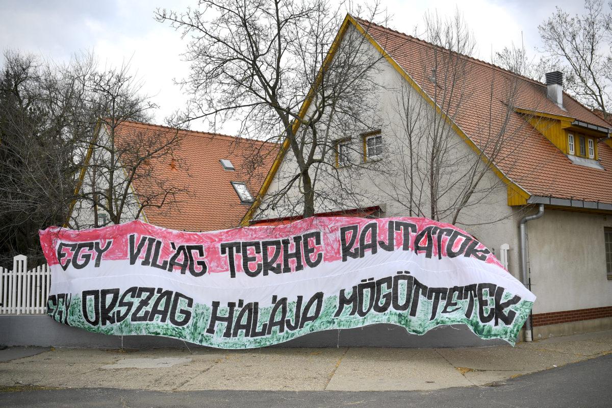 Egy világ terhe rajtatok, egy ország hálája mögöttetek feliratú molinó a Debreceni Egyetem Klinikai Központjának kerítésén Debrecenben 2020. március 21-én.