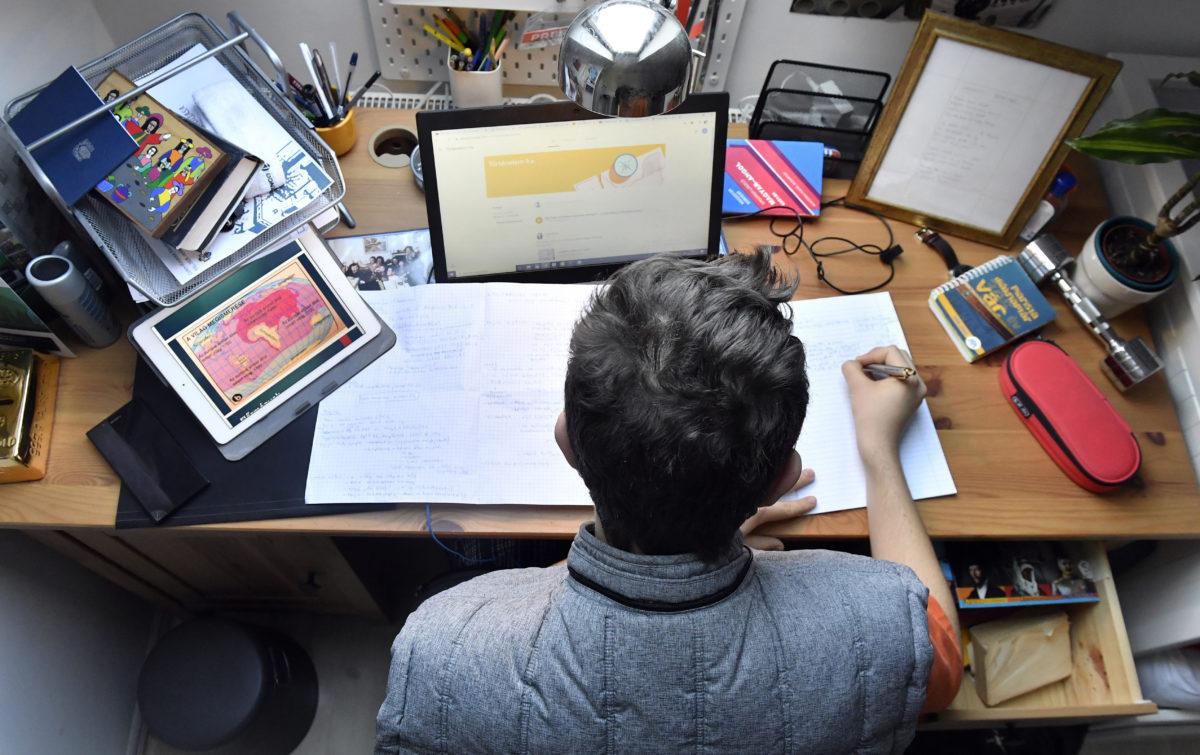 Történelem feladatokat old meg táblagépei előtt egy gimnazista fiú sződligeti otthonában 2020. március 17-én.