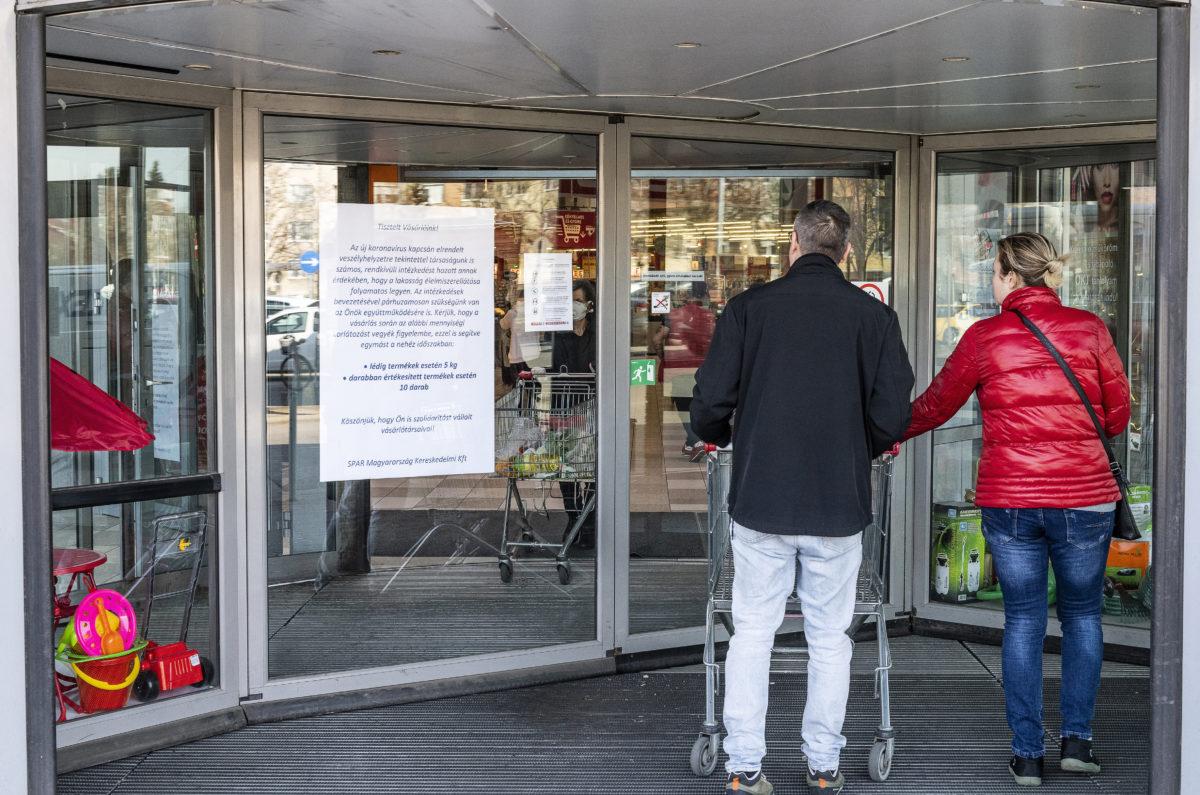 A koronavírus-járvány idejére a folyamatos ellátás érdekében hozott mennyiségi korlátozásokat ismertető plakát egy élelmiszerüzlet bejáratában Nyíregyházán 2020. március 18-án.