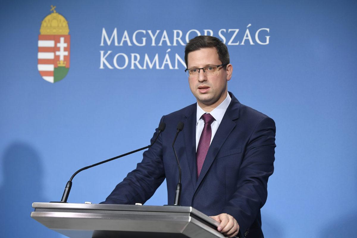 Gulyás Gergely Miniszterelnökséget vezető miniszter a koronavírus-fertőzés elleni védekezésért felelős operatív törzs sajtótájékoztatóján a Miniszterelnöki Kabinetiroda sajtótermében 2020. március 11-én.