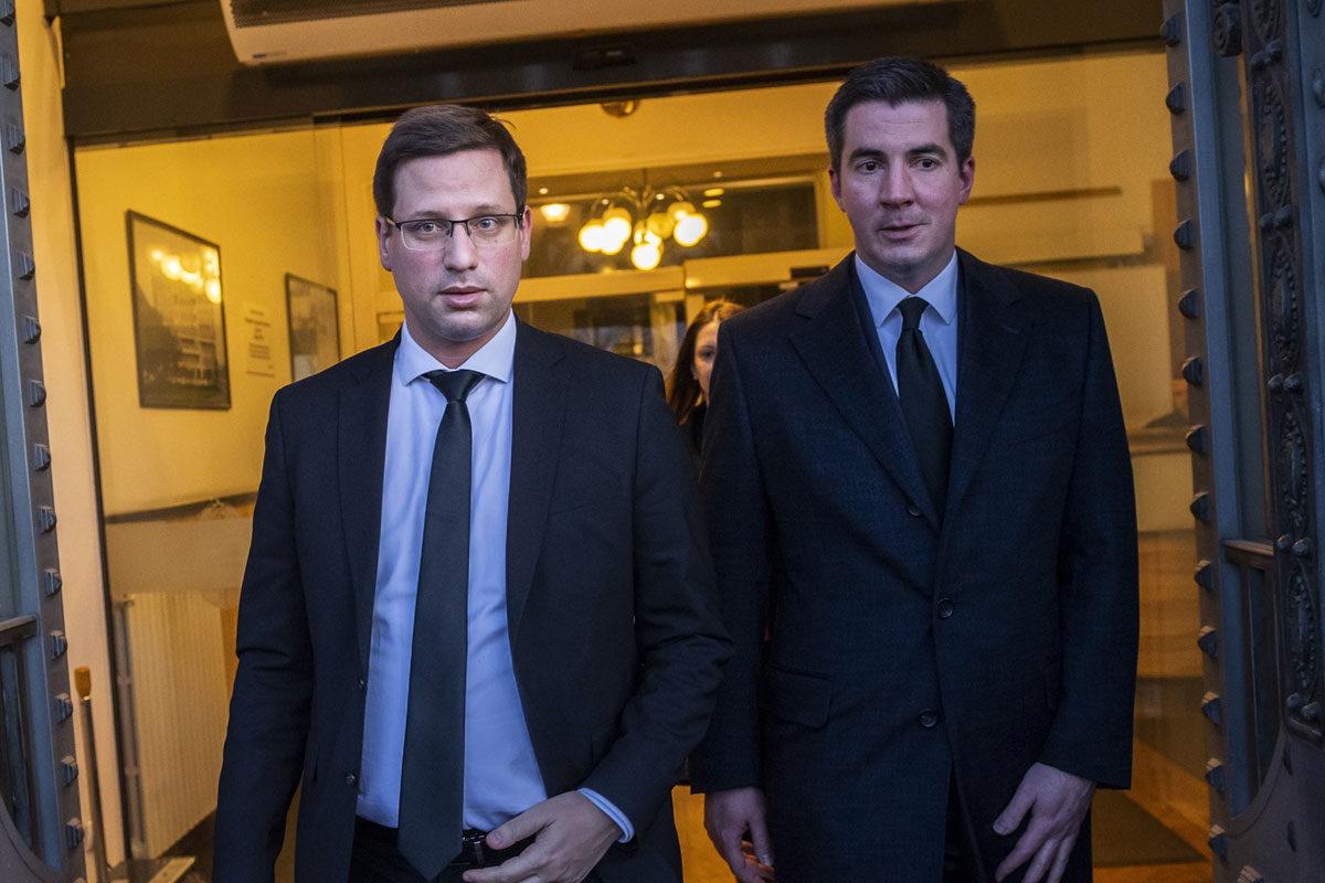 Gulyás Gergely Miniszterelnökséget vezető miniszter (b) és Kocsis Máté, a Fidesz országgyűlési frakcióvezetője a hétpárti megbeszélés után az Igazságügyi Minisztérium ajtajában 2020. március 13-án.