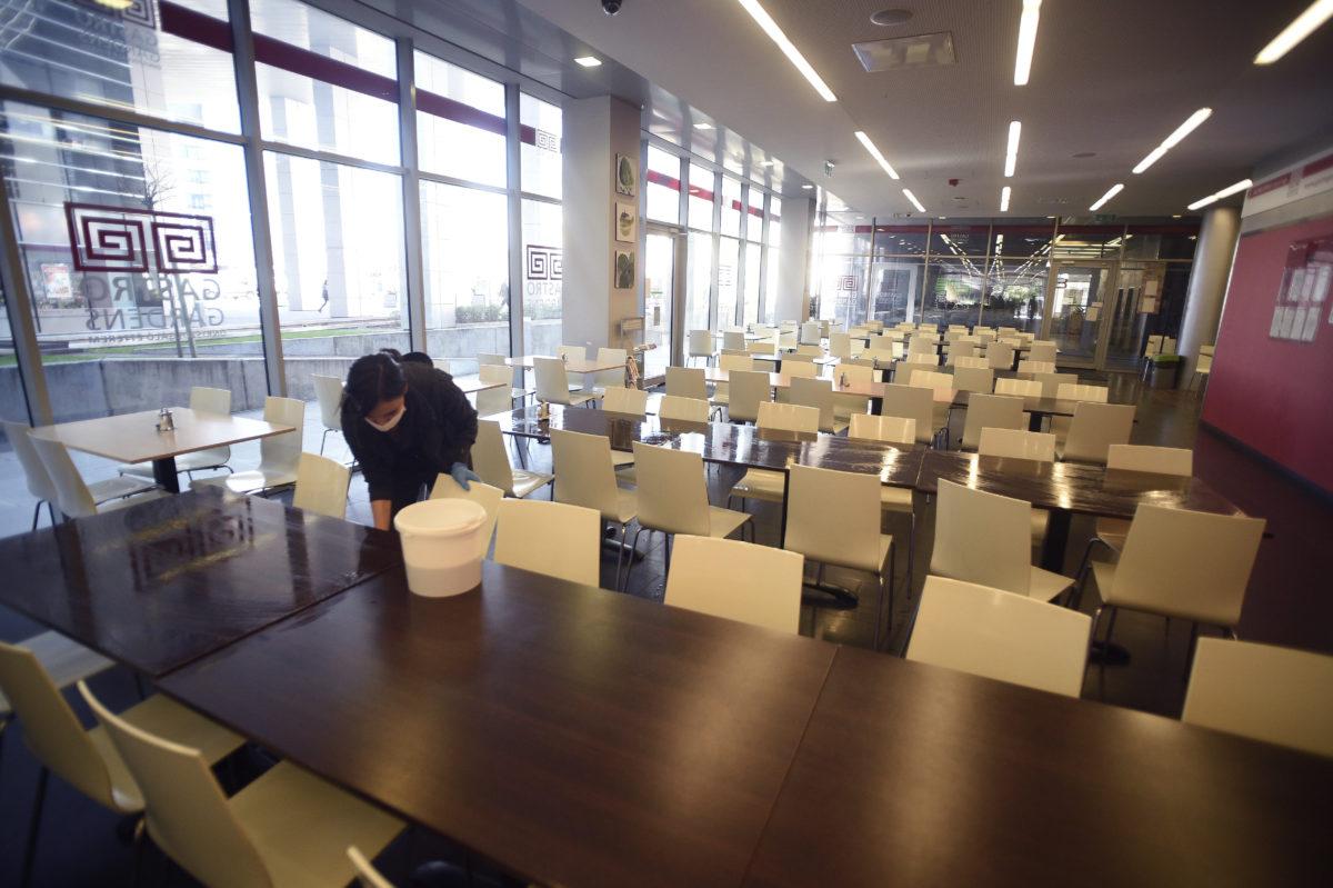 Fertőtlenítést végez egy dolgozó a Haller Gardens irodaház önkiszolgáló éttermében 2020. március 12-én a fővárosi Haller utcában, ahol irodákat zártak le és fertőtlenítenek egy koronavírusos eset miatt.