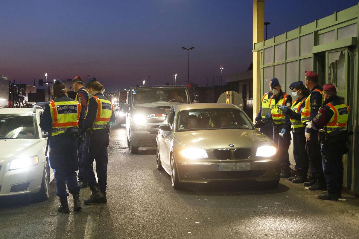 Külföldi állampolgárok lépik át a hegyeshalmi határátkelőhelyet 2020. március 18-án.