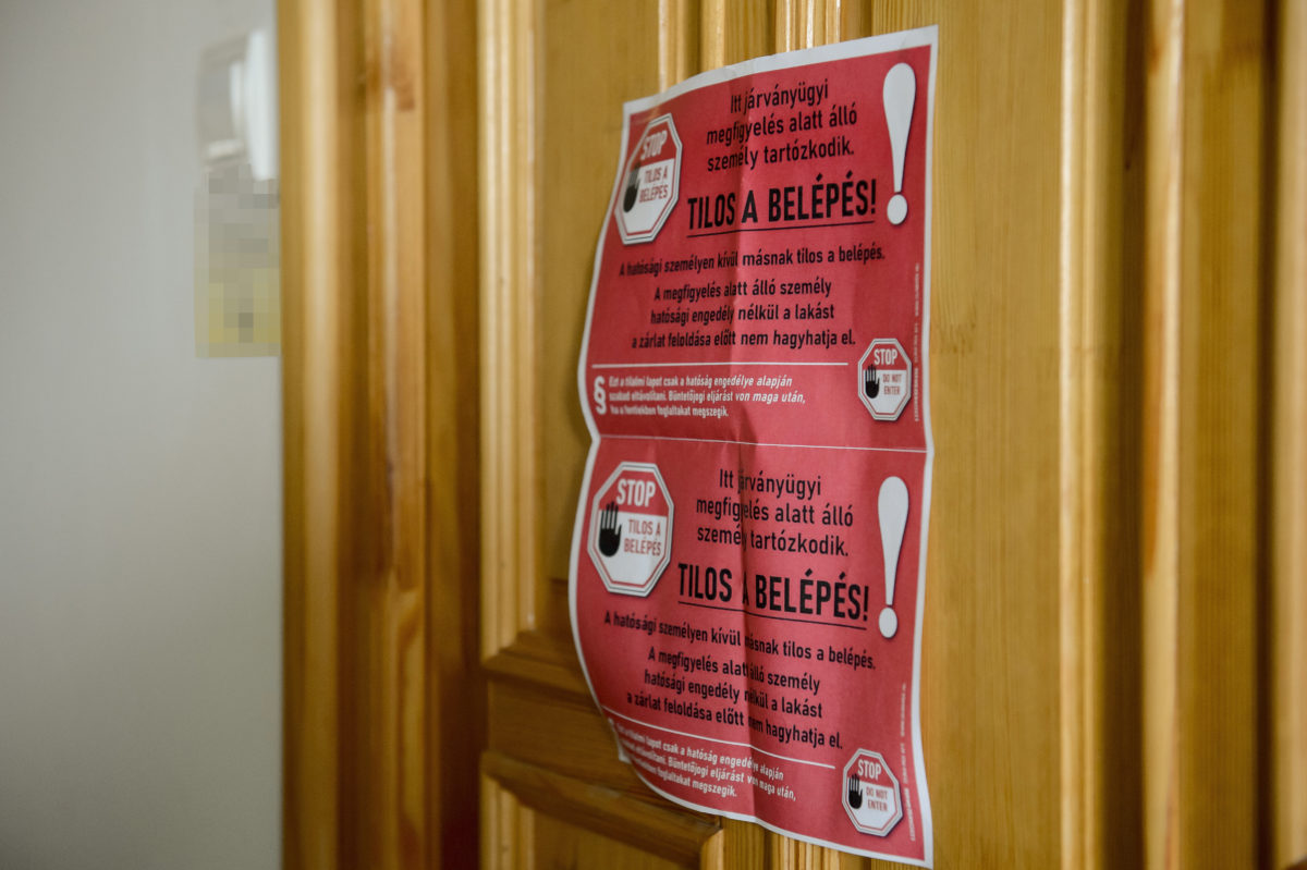 Hatósági felirat egy megfigyelés alatt álló személy lakásának ajtaján.