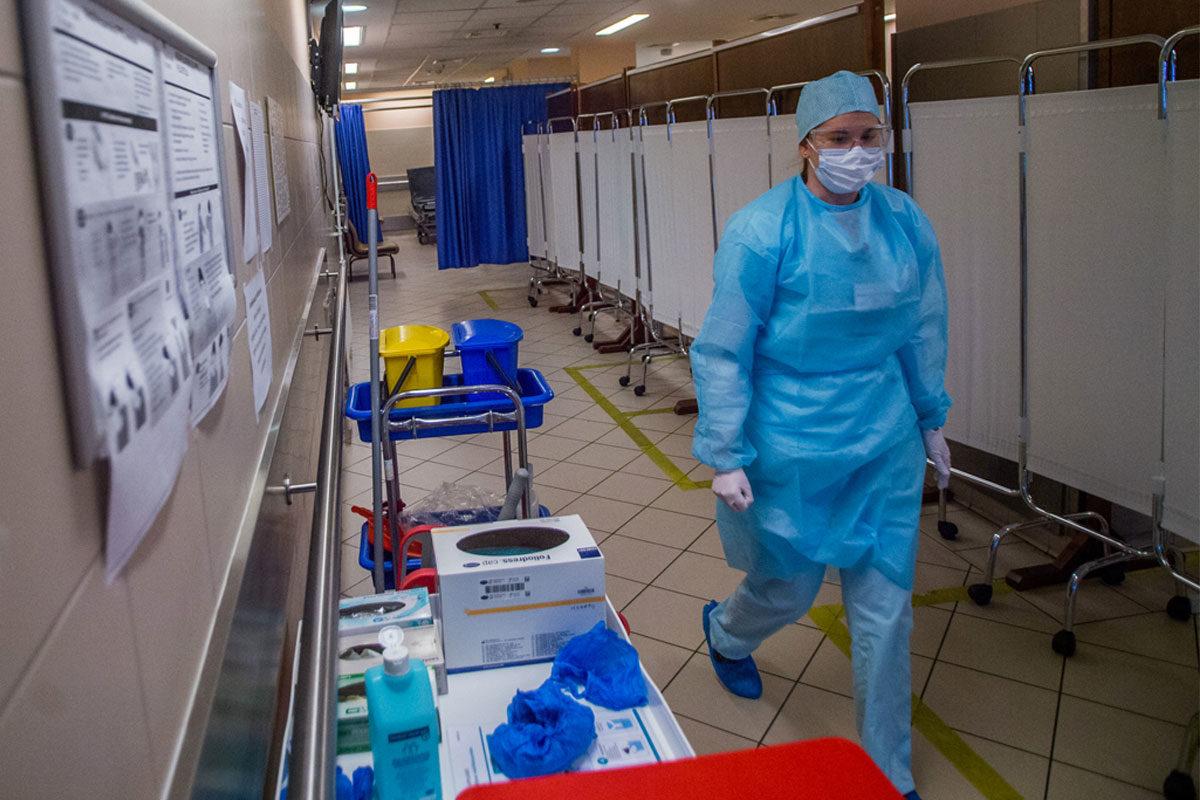 Védőfelszerelést viselő nővér a Honvédkórház izolációs területén 2020. március 16-án.