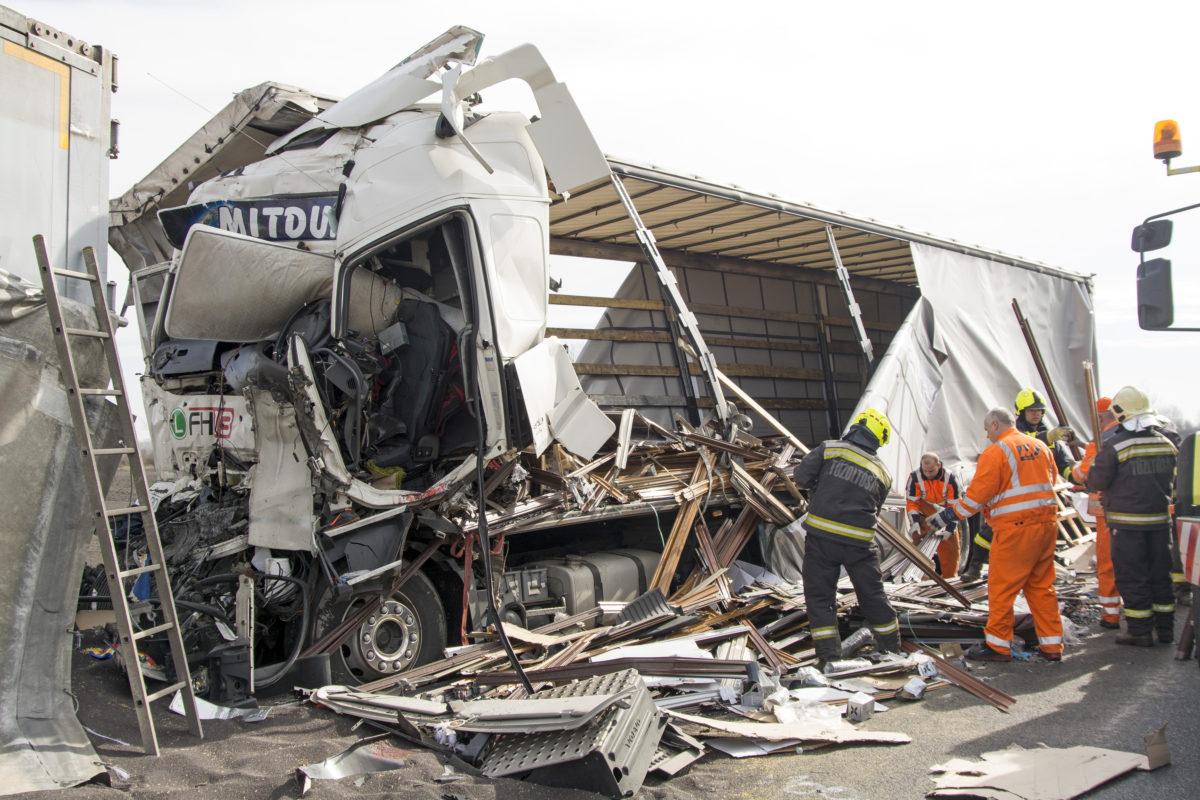 Ütközésben összetört kamionok az M1-es autópálya Hegyeshalom felé vezető oldalán 2020. március 9-én.
