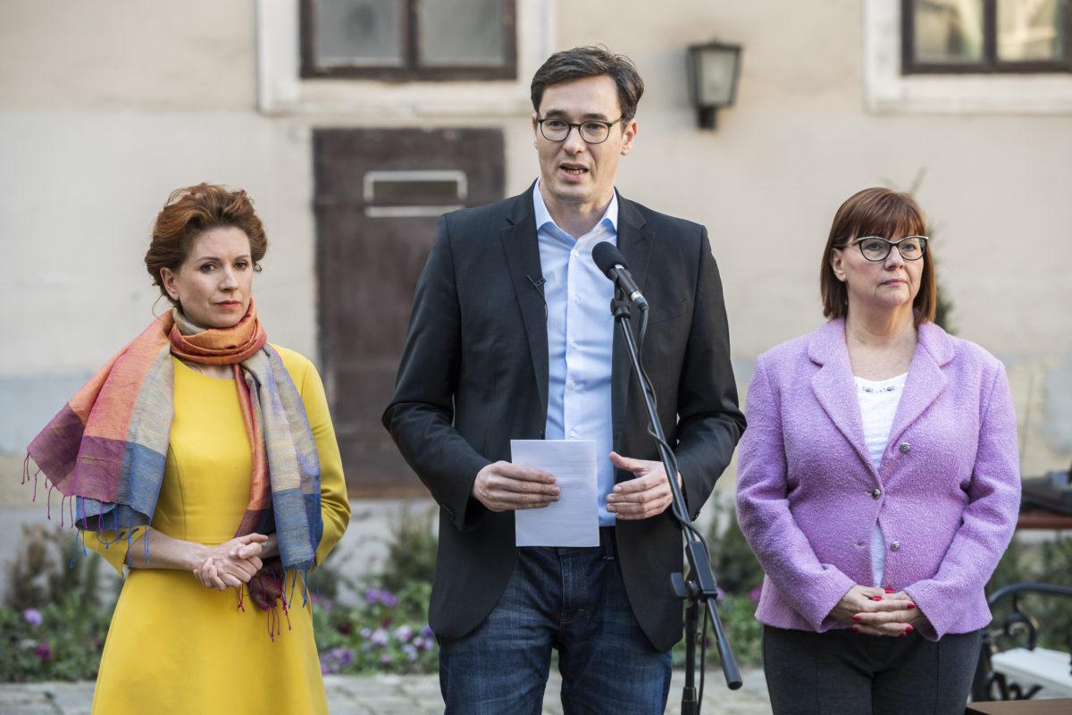 Karácsony Gergely főpolgármester beszél, mellette Tüttő Kata (b) és Gy. Németh Erzsébet főpolgármester-helyettesek a koronavírussal kapcsolatos fővárosi intézkedésekről tartott sajtótájékoztatón a Főpolgármesteri Hivatal udvarán 2020. március 12-én.