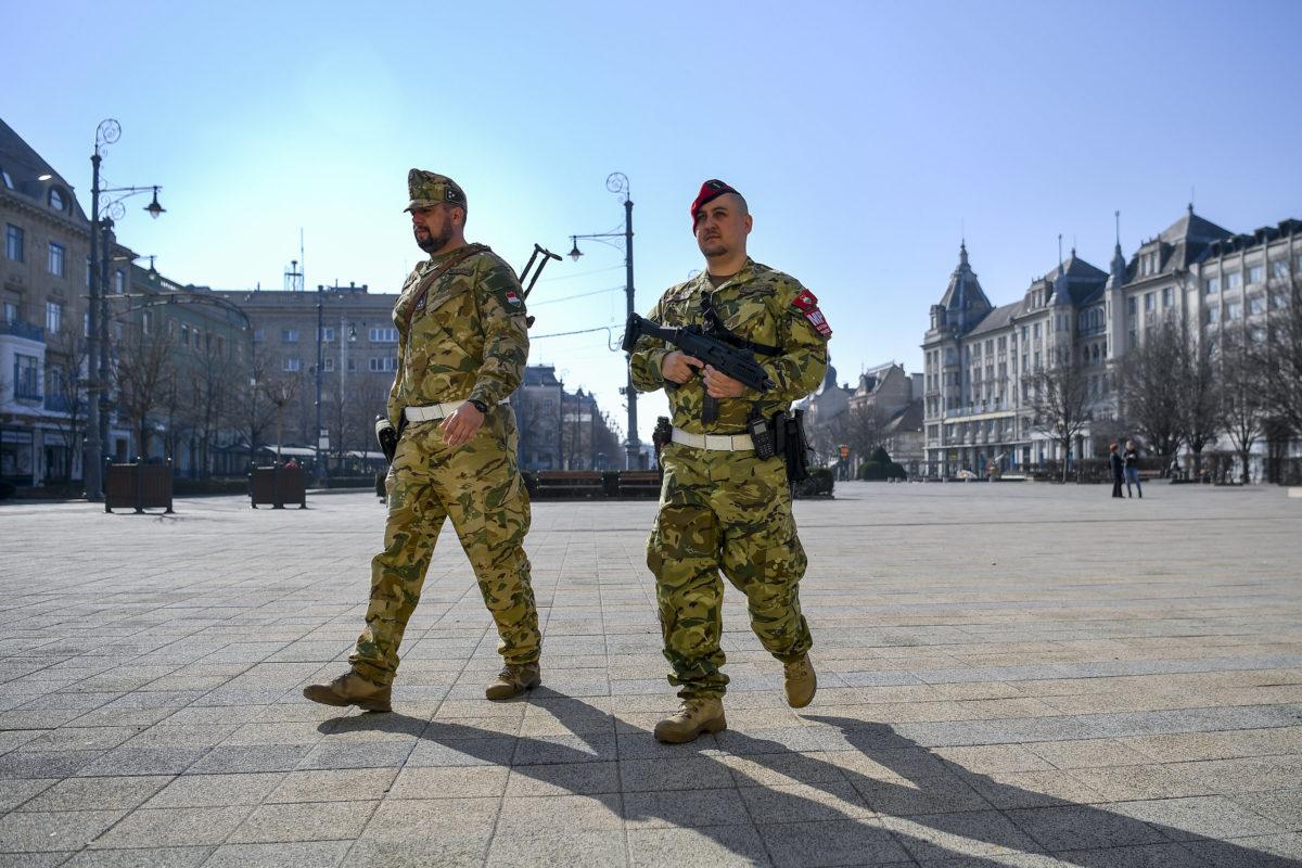 Katonai járőrök a debreceni Kossuth téren 2020. március 20-án. A propaganda szerint a katonák utcai jelenlétének célja a közbiztonság és közrend fenntartásának támogatása, a lakosság bizalmának erősítése a koronavírus-járvány idején.
