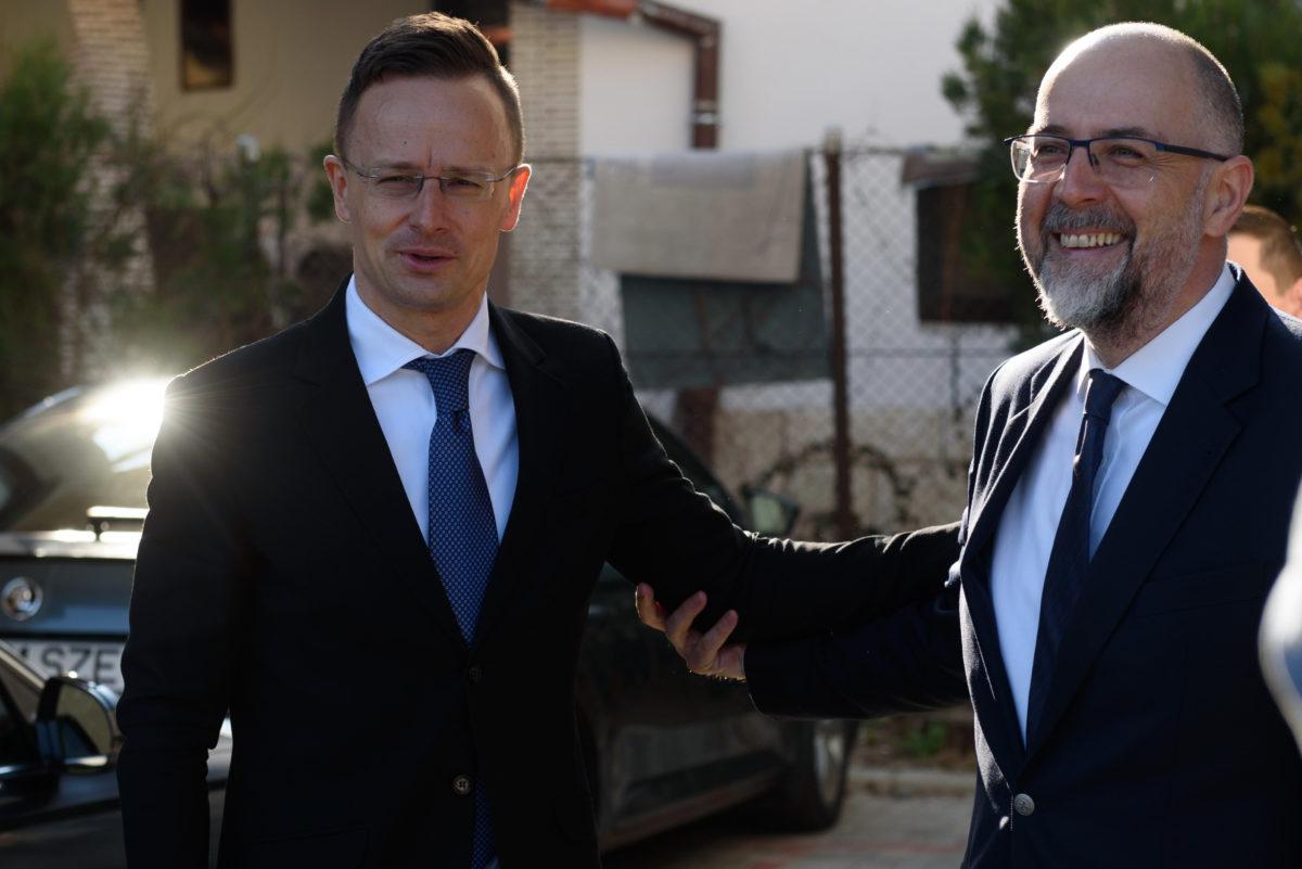 Szijjártó Péter külgazdasági és külügyminiszter (b) és Kelemen Hunor, a Romániai Magyar Demokrata Szövetség (RMDSZ) elnöke kolozsvári találkozójukon 2020. március 20-án.
