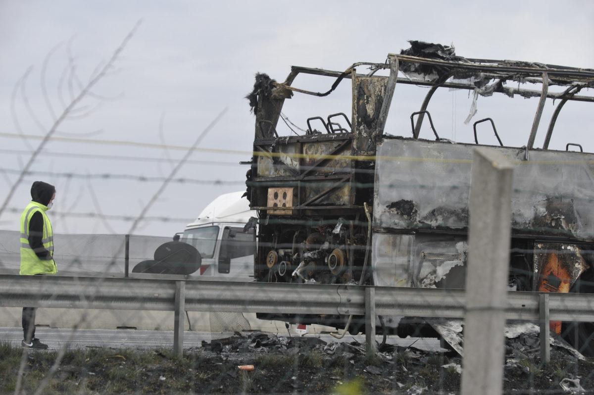 Kiégett autóbusz az M0-s autóúton Szigetszentmiklósnál 2020. március 26-án.