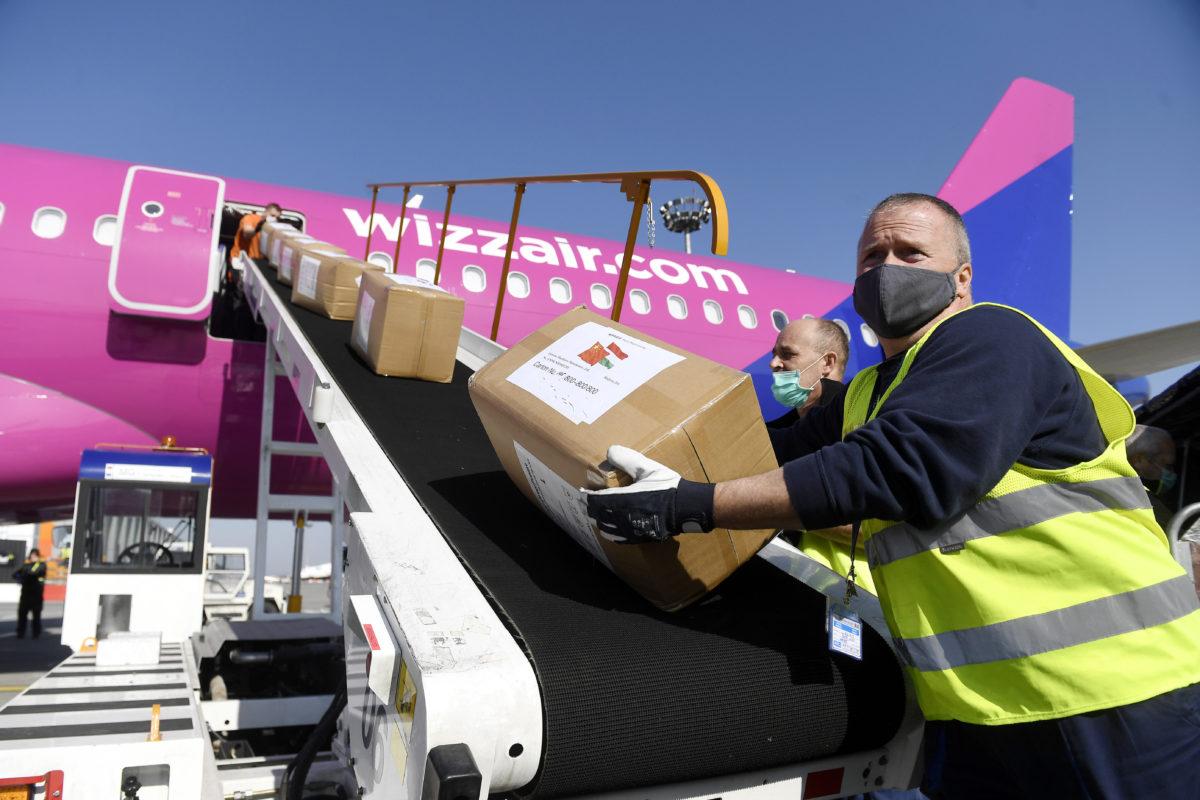A Kínából érkezett egészségügyi segélyszállítmányt rakodják ki egy repülőgépből a Liszt Ferenc-repülőtéren 2020. március 28-án. A koronavírus-járvány elleni védekezéshez három repülőgéppel 27 tonnányi védőfelszerelés érkezett Magyarországra Kínából, március 29-én pedig további két repülőgép 3 millió 270 ezer maszkot hoz Budapestre.