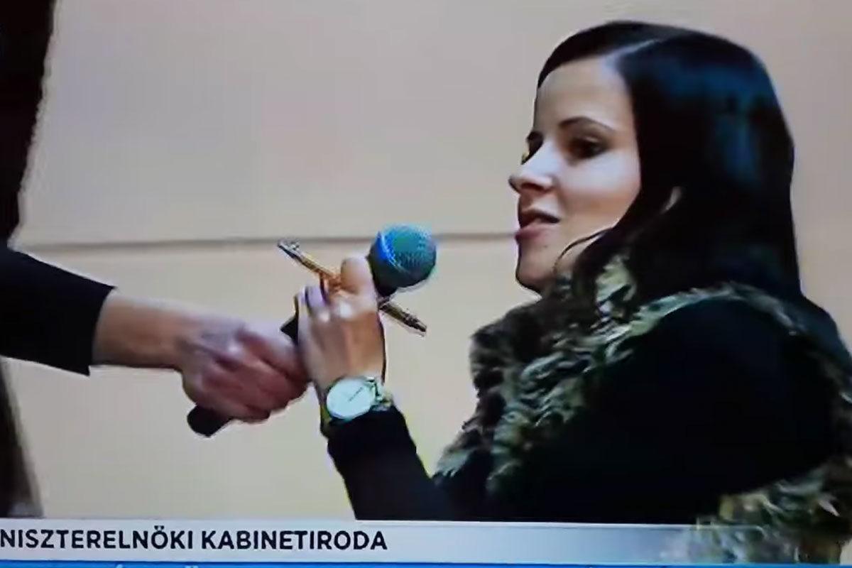 """Kitépték a mikrofont egy újságíró kezéből az """"operatív törzs"""" tájékoztatóján"""