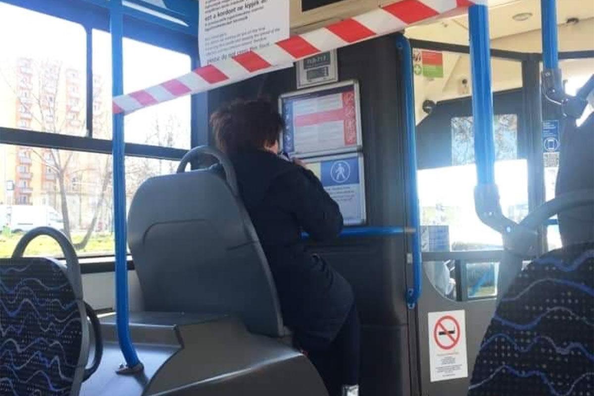 Nem izgatja a felhívás az utasokat, simán beülnek a lezárt területre