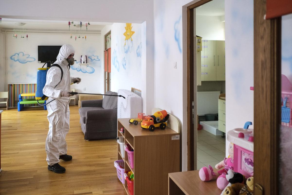 Fertőtlenítés végeznek az erdélyi Csíkszereda bölcsődéjében 2020. március 11-én. Ettől a naptól március 22-ig felfüggesztették a tanítást valamennyi romániai óvodában és iskolában, hogy megelőzzék a a tüdőgyulladást okozó új koronavírus terjedését.
