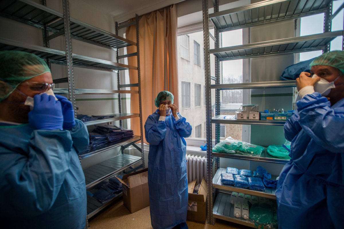 Orvosok védőfelszerelésben a koronavírussal fertőzött betegek fogadására kialakított részlegen az Országos Korányi Pulmonológiai Intézetben 2020. március 25-én.