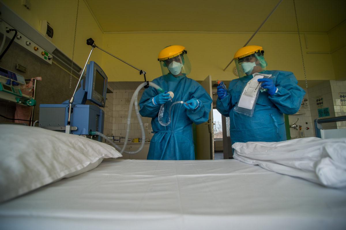 Védőfelszerelést viselő ápolók egy lélegeztetőgépet ellenőriznek a koronavírussal fertőzött betegek fogadására kialakított egyik osztályon az Országos Korányi Pulmonológiai Intézetben 2020. március 24-én.