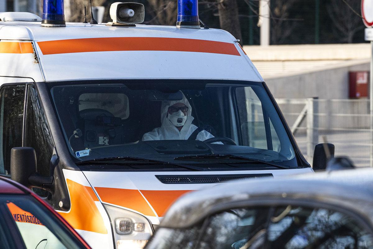 Mentőautó érkezik a budapesti Szent László Kórházba 2020. március 10-én.