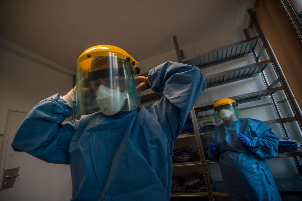 Védőfelszerelést vesz magára egy ápoló, mielőtt az izolációs terembe lépne a koronavírussal fertőzött betegek fogadására kialakított egyik osztályon az Országos Korányi Pulmonológiai Intézetben 2020. március 24-én.
