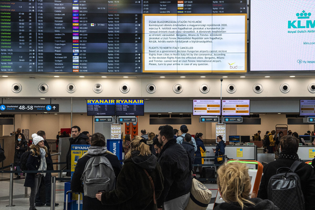 Járatinformációs tábla a Budapest Liszt Ferenc Nemzetközi Repülőtér A terminálján 2020. március 10-én.