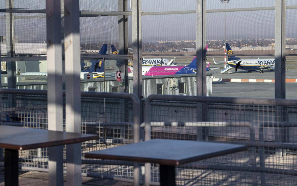 Felszálláshoz készülő repülőgépek a Liszt Ferenc-repülőtéren 2020. március 17-én. Éjfélkor a repülőtéren is életbe lépett a határzár, de a magyar állampolgárok továbbra is beléphetnek az országba.