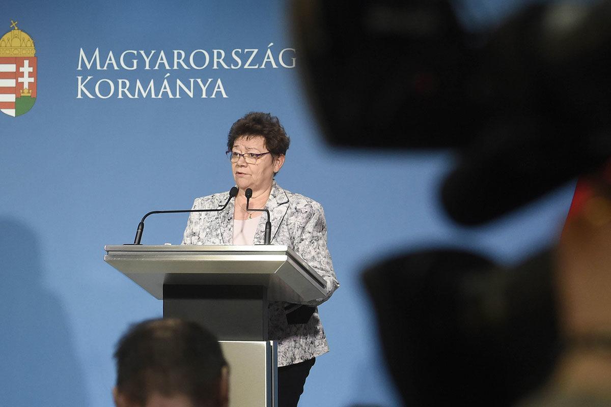 Müller Cecília országos tisztifőorvos a koronavírus-fertőzés elleni védekezésért felelős operatív törzs sajtótájékoztatóján a Miniszterelnöki Kabinetiroda sajtótermében 2020. március 7-én.