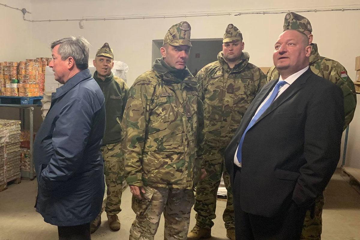 Németh Szilárd államtitkár mereng a debreceni Kossuth laktanya élelmiszerraktárában.