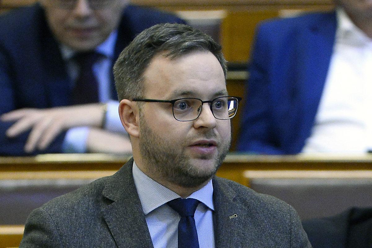 Orbán Balázs, a Miniszterelnökség parlamenti államtitkára napirend előtti felszólalásra válaszol az Országgyűlés plenáris ülésén 2020. március 9-én.