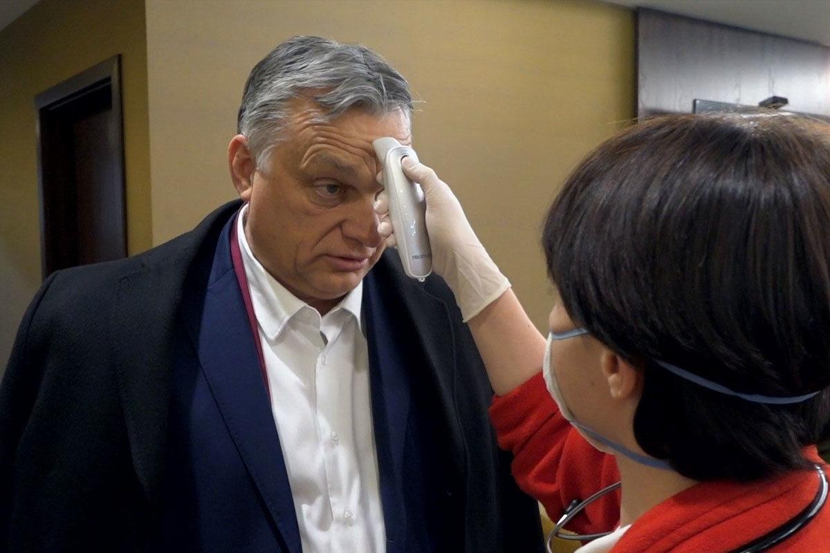 Orbán Viktornak mérik a lázát Ferihegyen 2020. március 12-én.