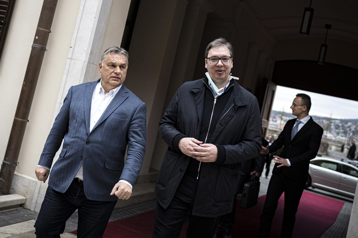Orbán Viktor miniszterelnök (b) fogadja Aleksandar Vucic szerb államfőt a Karmelita kolostor udvarán 2020. március 22-én. Mögöttük Szijjártó Péter külgazdasági és külügyminiszter.