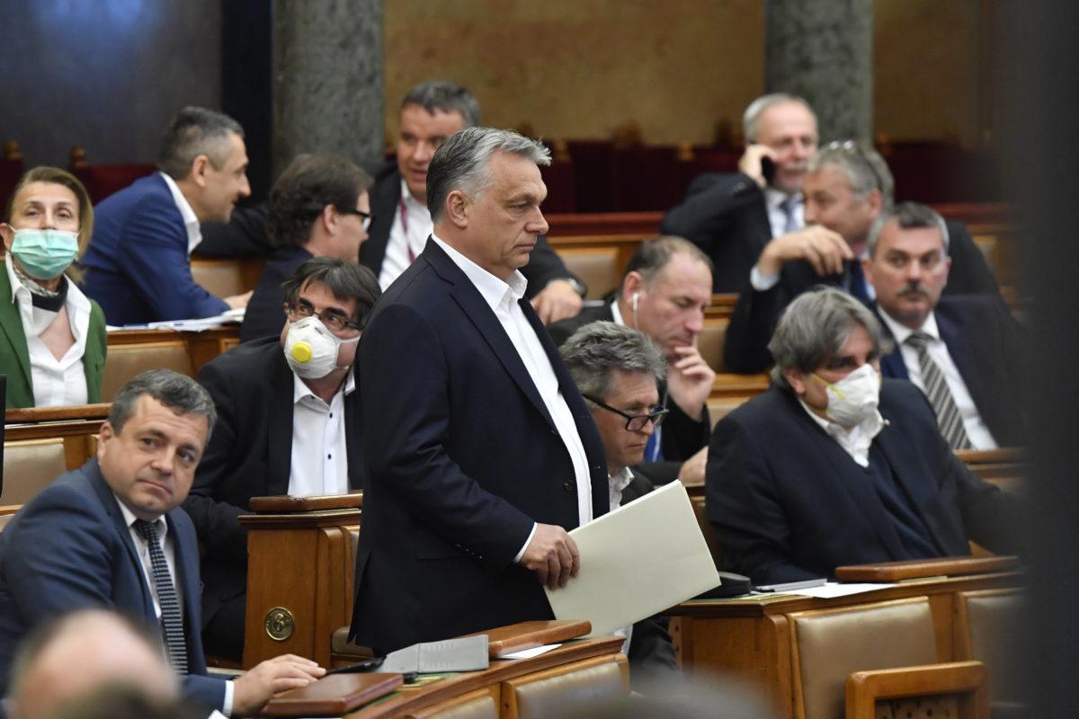Orbán Viktor miniszterelnök (k) érkezik az Országgyűlés plenáris ülésére 2020. március 30-án.