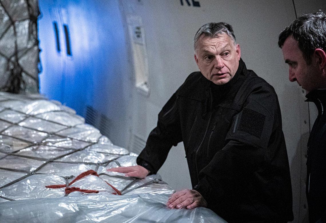 Orbán Viktor személyesen állapítja meg, hogy megérkezett az áru.