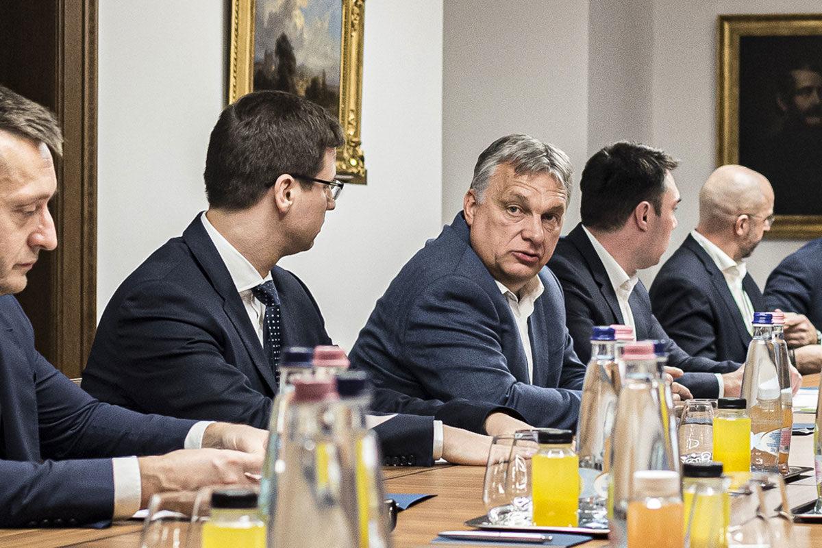 Orbán Viktor miniszterelnök a koronavírus elleni védekezés keretében felállított akciócsoportok vezetőinek jelentését hallgatja meg a Karmelita kolostorban 2020. március 19-én este.