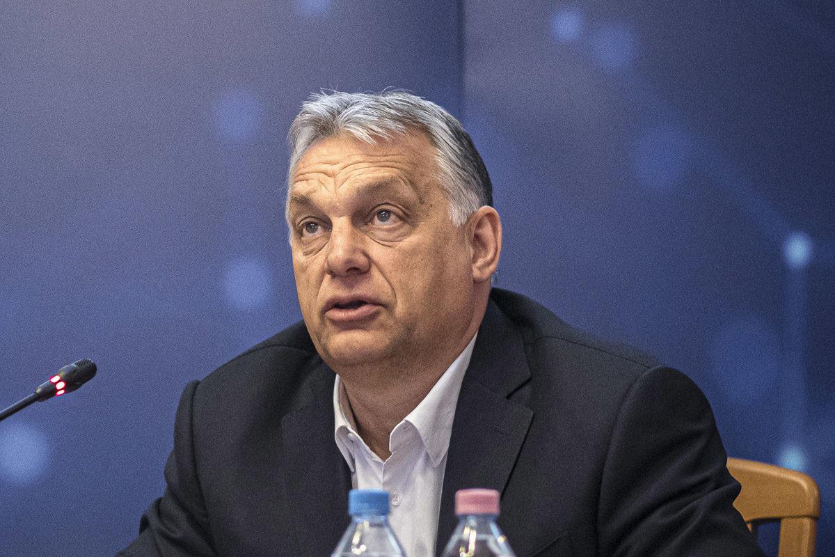 Orbán Viktor miniszterelnök (j) részt vesz a kormány és a gazdasági kamarák negyedik videókonferenciáján az ITM épületében 2020. március 30-án.