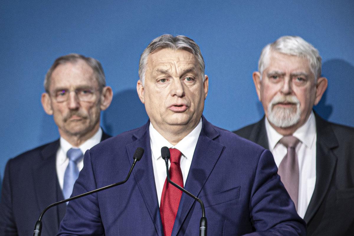 Orbán Viktor miniszterelnök (k) a koronavírus-fertőzés elleni védekezésért felelős operatív törzs ülése után tartott sajtótájékoztatón Budapesten 2020. március 5-én.