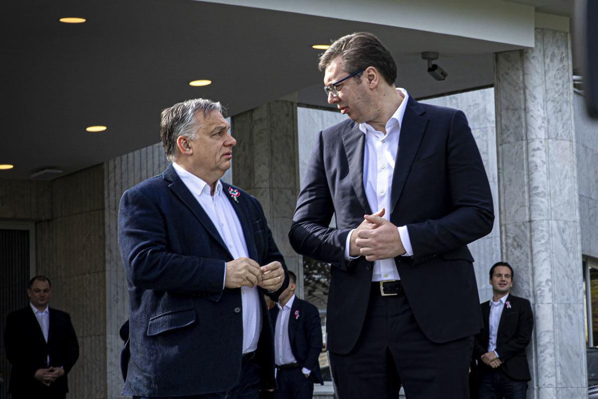 Orbán Viktor miniszterelnököt (b) fogadja Aleksandar Vucic, Szerbia elnöke Belgrádban 2020. március 15-én.