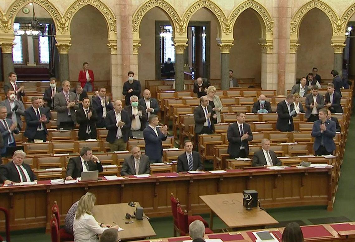 Ellenzéki politikusok tapsolnak az egészségügyi dolgozók munkájának elismeréséül az Országgyűlés 2020. március 23-i ülésén.