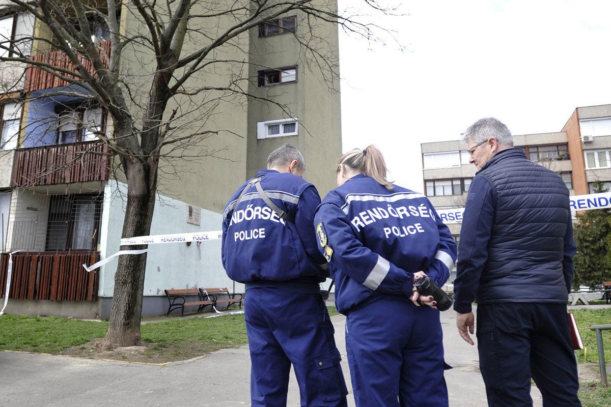 A rendőrség drónnal vizsgálja 2020. március 8-án azt a tízemeletes társasházat Vácott, amely előző este egy detonáció következtében megsérült.