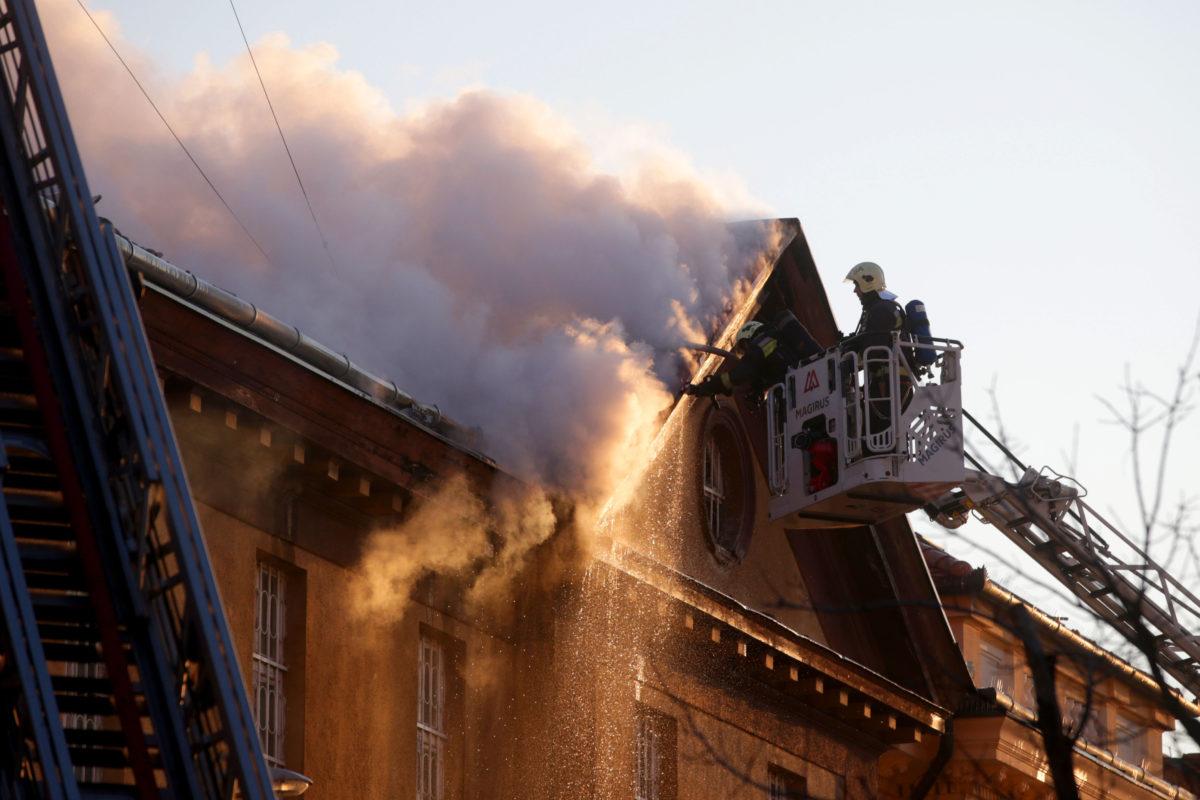 Tűzoltók dolgoznak a szekszárdi büntetés-végrehajtási intézet tetőszerkezetében keletkezett tűz oltásán 2020. március 16-án.