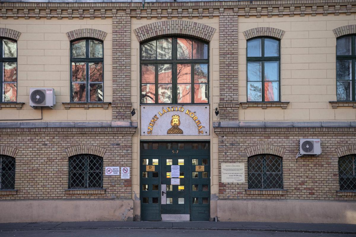 Látogatási tilalomra figyelmezető felirat a budapesti Szent László Kórház bejárati ajtaján 2020. március 10-én.