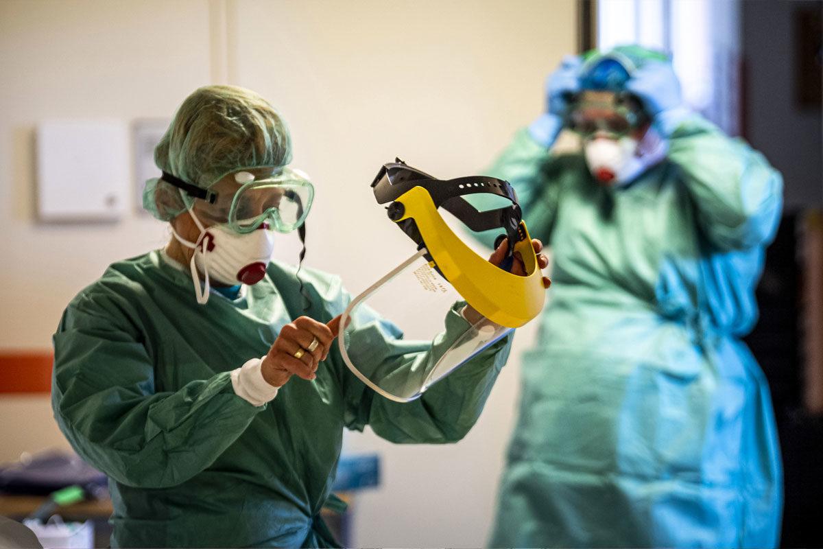 Védőfelszerelést viselő nővérek a koronavírussal érintett új betegek fogadására kialakított egyik osztályon a fővárosi Szent László Kórházban 2020. március 16-án.