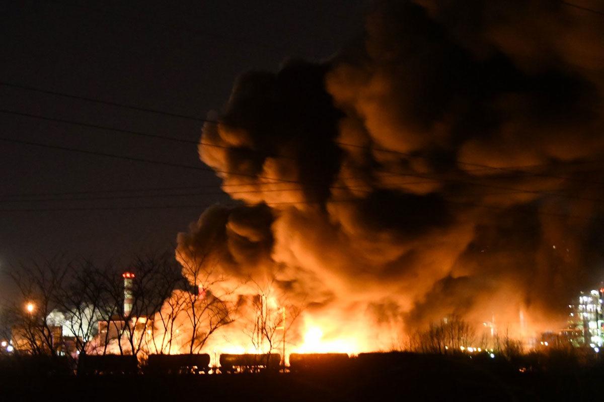 Hatalmas lángokkal ég egy telephely Tiszaújvárosban, a Mol üzemének közelében