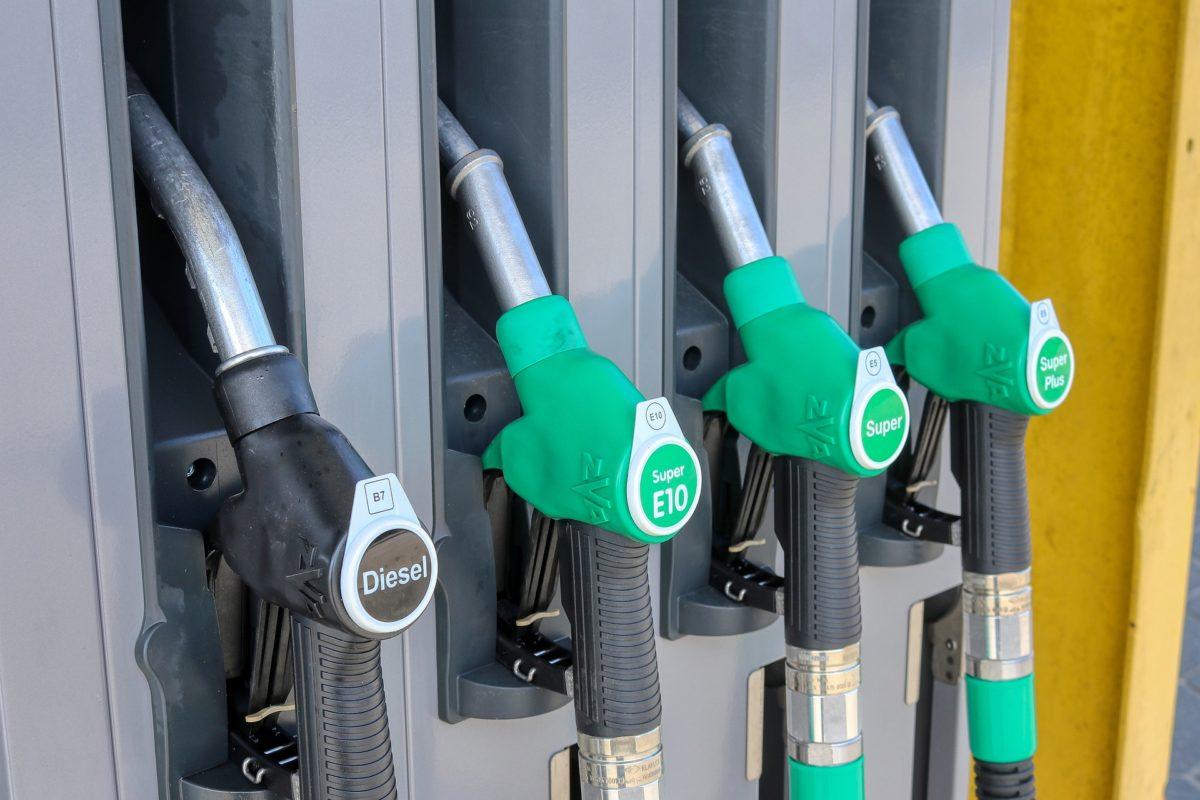 Tovább zuhan a benzin ára, 10 éve nem volt ilyen olcsó