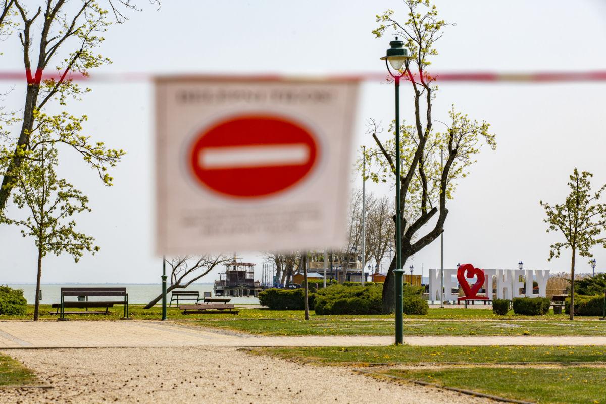 A lezárt Balaton-parti sétány Keszthelyen 2020. április 10-én.